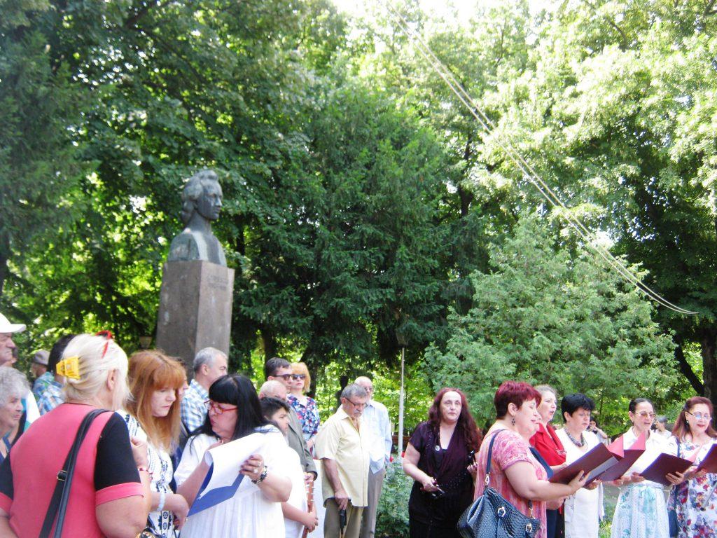 Полагане на цветя пред паметника на Михай Еминеску
