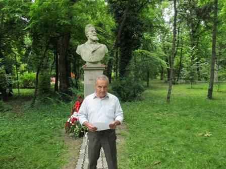 Тодор Билчев рецитира пред паметника на Ботев